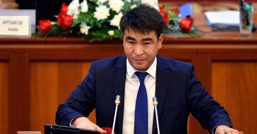 СДПК пока не будет изгонять Жанара Акаева из парламента