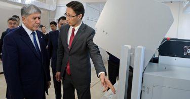 Президент КР ознакомился с работой системы изготовления биометрических электронных паспортов